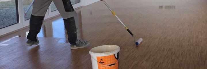 Oberflächenbehandlung eines neu verlegten Hochkantlamelle-Parketts durch Einölen.